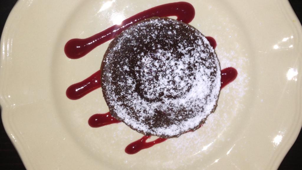 Fondant au Chocolat med blødende hjerte. Her sereveret med hinbærcoulis og drysset med flormeles.