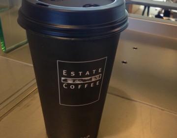 39 kroner for denne kop filterkaffe med kold mælk - tyveri ved højlys dag.