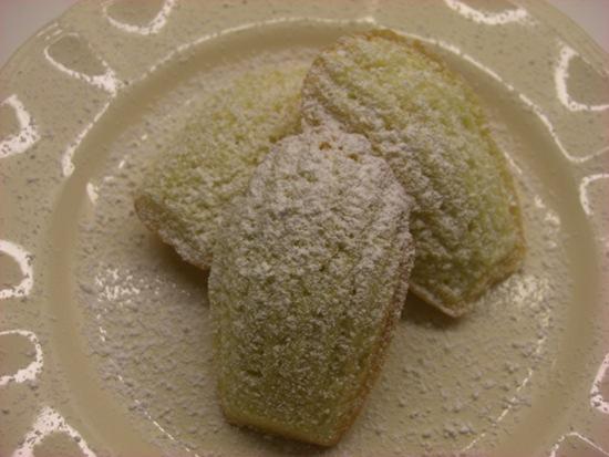 Madeleinekage er nok den fra Marcel Prousts 'På sporet af den tabte tid', hvor kagen bliver dyppet i lindete, og smagen og duften vækker både erindringen om fortællerens svundne barndom og hele hans kunstneriske skaberkraft