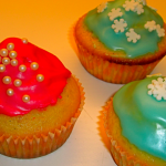 Vanilje cupcakes, her med farvet glasur og krymmel