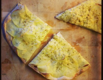 Min absolut favorit pizza. En hvid pizza med kartofler og rosmarin.