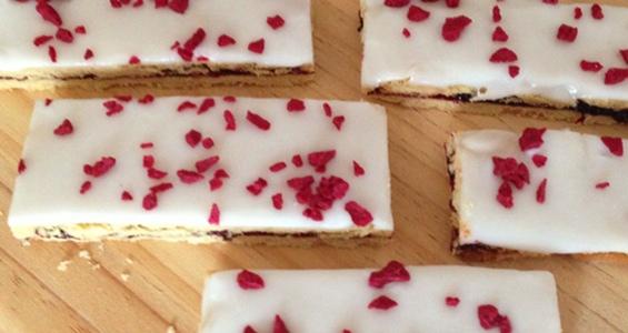 Solbær/kirsebærsnitter med frysetørrede kirsebær på toppen. Mums! En lækker twist på den klassiske hindbærsnitte