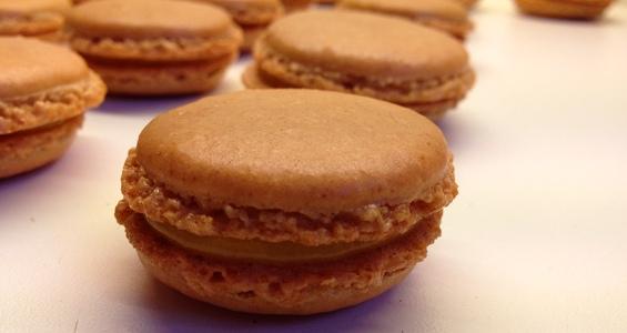 macaron med lakrids og passionsfrugt